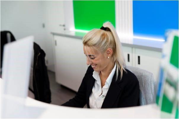 femme au bureau qui sourit Petit Forestier